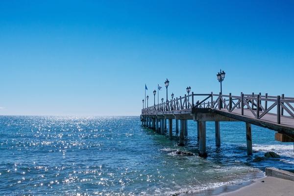 Pier am Strand von Marbella
