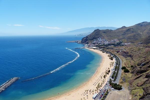 Strand im Nordosten Teneriffas bei Santa Cruz: Playa Las Teresitas